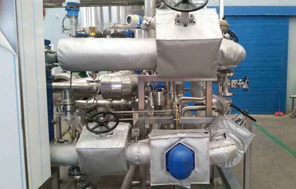 What are the advantages of removable insulation in valve system?